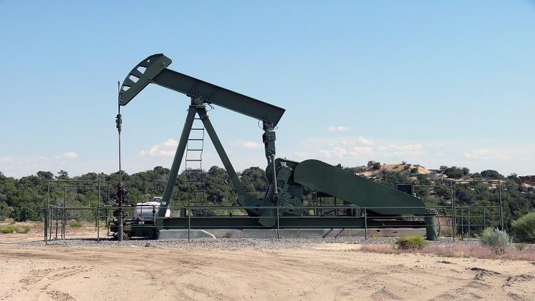 التزام روسيا بخفض إنتاج النفط يعزز أسعاره