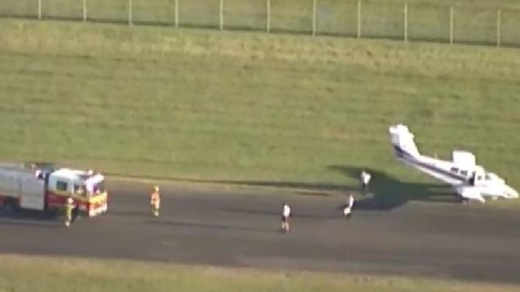 شاهد بالفيديو.. هبوط طائرة بسلام بلا إطارات أمامية