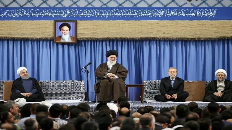 خامنئي ينتقد روحاني وسط احتدام التنافس الرئاسي