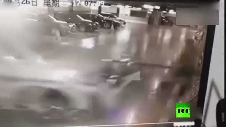 بالفيديو.. مقتل شرطية بحادث دهس مروع