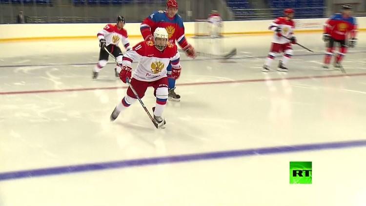 بوتين وجان كلود كيلي يشاركان في مباراة لهوكي الجليد