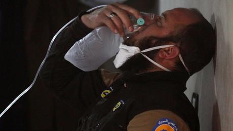 سوري من خان شيخون بإدلب يتلقى العلاج من الهجوم الكيميائي