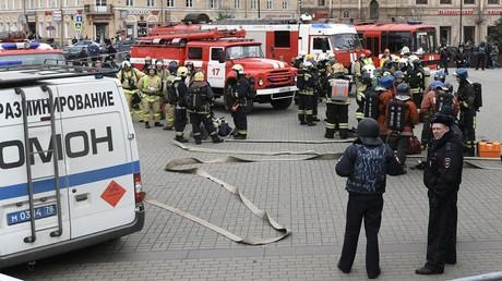 """عناصر من قوات الأمن وفرق الإطفاء قرب الدخول إلى محطة """"سينايا بلوشاد"""" لمترو سان بطرسبورغ بعد التفجير الإرهابي"""