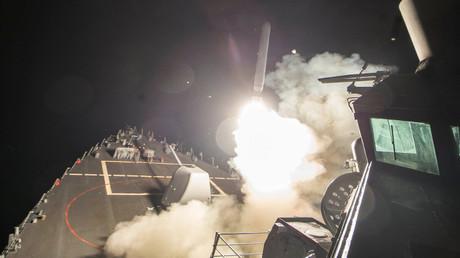 صاروخ ينطلق من سفينة أميريكية لاستهداف قاعدة عسكرية في حمص
