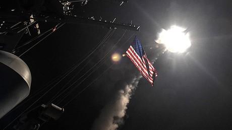 """لحظة إطلاق صاروخ مجنح على مواقع في سوريا من مدمرة """"بورتير"""" الأمريكية في البحر الأبيض المتوسط"""