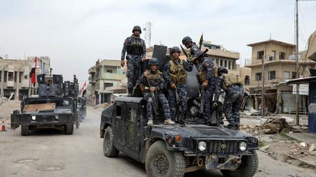 أفراد الشرطة الاتحادية العراقية يقومون بدوريات في شوارع الجانب الغربي للموصل