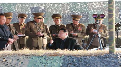 زعيم كوريا الشمالية مع مجموعة من الضباط (أرشيف)