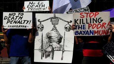 ناشطون يحملون لافتات خلال مظاهرة احتجاجية ضد مشروع قانون عقوبة الإعدام، مانيلا، الفلبين 7 مارس 2017