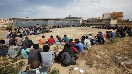 مهاجرون في مركز اعتقال مؤقت  في طرابلس - أرشيف -