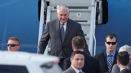 وزير خارجية الولايات المتحدة ريكس تيلرسون لحظة هبوطه من الطائرة في موسكو