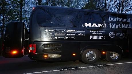 """حافلة فريق بوروسيا دورتموند الألماني بعد استهدافها عندما كانت متوجهة إلى ملعب """"سيغنال إدونا بارك"""""""