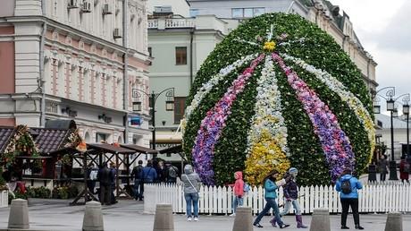 بيضة عيد الفصح العملاقة في زقاق كامرجيرسكي في موسكو خلال أعياد عيد الفصح