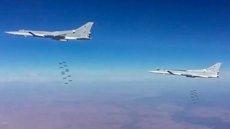 """قاذفات روسية من طراز """"تو-22إم 3"""" تشن غارات على مواقع لـ""""داعش"""" في محافظة دير الزور السورية"""