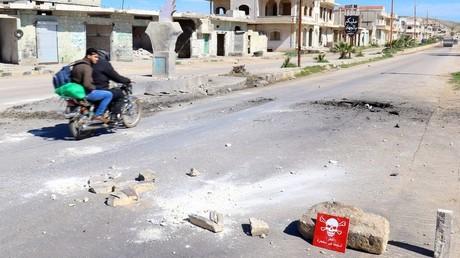 حفيرة قيل إنها ناجمة عن قذيفة كيميائية في خان شيخون