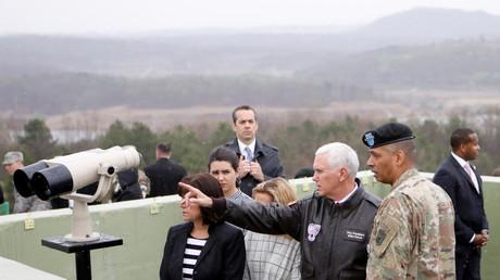 مايك بينس، نائب الرئيس الأمريكي من موقع مراقبة داخل المنطقة المنزوعة السلاح بين الكوريتين