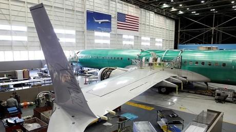 إحدى مراحل تصنيع طائرة بوينغ