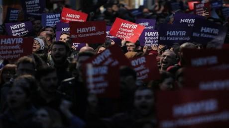 مظاهرات تركية في مختلف المدن التركية رافضة لنتائج الاستفتاء