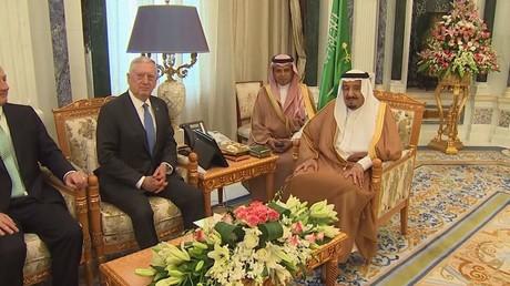العاهل السعودي يلتقي بوزير الدفاع الأمريكي
