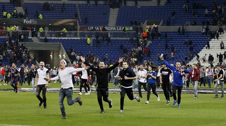 جماهير ليون الفرنسي نزلت إلى أرض الملعب قبل بداية المباراة