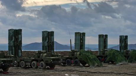 """منظومات روسية للدفاع الجوي من طراز """"إس-400"""" في فيودوسيا (يناير/كانون الأول من العام 2017)."""