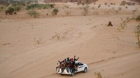 مهاجرون على شاحنة يقطعون الصحراء في طريقهم من أجاديز بالنيجر إلى ليبيا / 9 مايو/أيار 2016