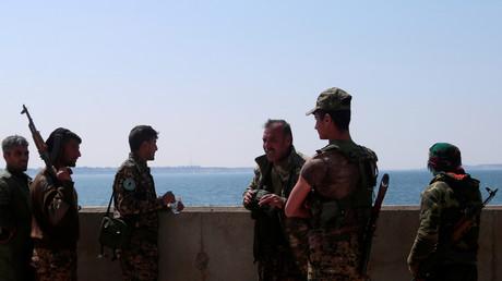"""مقاتلون في """"قوات سوريا الديمقراطية"""" في سد الفرات بمدينة الطبقة السورية، 28/03/2017."""
