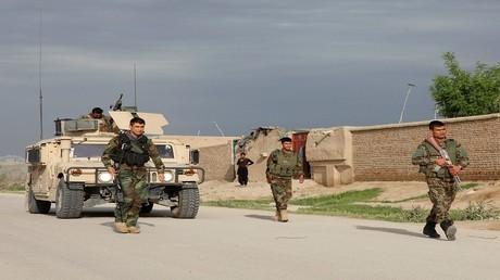 جنود من الجيش الأفغاني في مكان هجوم مزار شريف