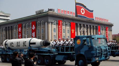 """صاروخ """"بوكوكسونغ"""" الباليستي أثناء عرض عسكري أقيم في بيونغ يانغ بمناسبة مرور 105 سنوات على ميلاد  مؤسس كوريا الشمالية كيم إيل سونغ"""