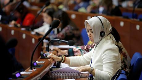 العضو من تركيا في الجمعية البرلمانية لمجلس أوروبا، سيراب ياسار، أثناء التصويت على مشروع قرار حول أداء المؤسسات الديمقراطية في بلاده