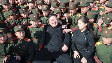 زعيم كوريا الشمالية كيم جونغ أون وزوجته ري سول جون