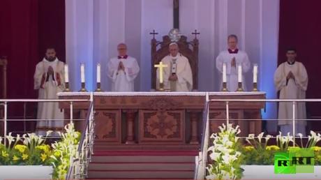بابا الفاتيكان فرنسيس يقيم قداسا في استاد الدفاع الجوي بالقاهرة