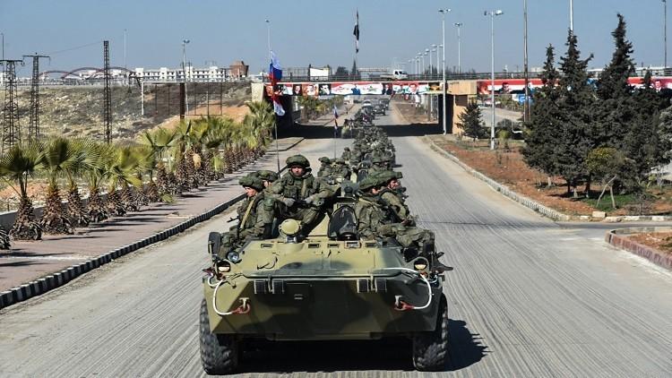 العسكريون الروس يوزعون المساعدات في عفرين على مرأى من