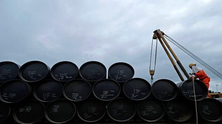 النفط يرتد عن أدنى مستوياته في عام 2017