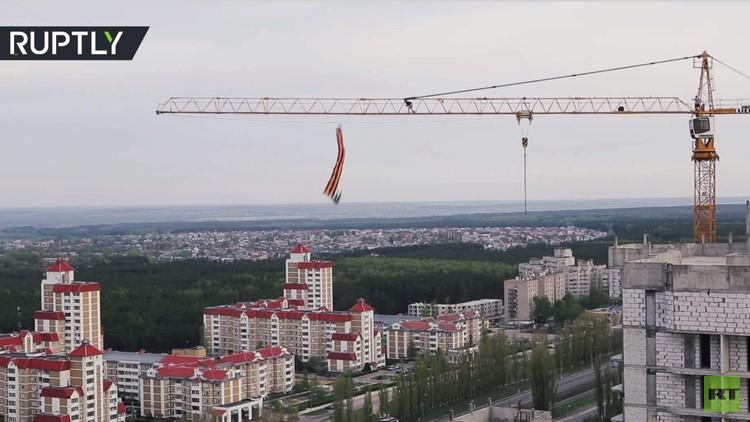 هاوٍ روسي يقفز من الرافعة احتفاء بذكرى النصر على النازية
