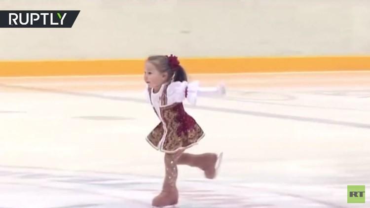 شاهد بالفيديو.. طفلة صغيرة تبدع في حلبة التزحلق على الجليد