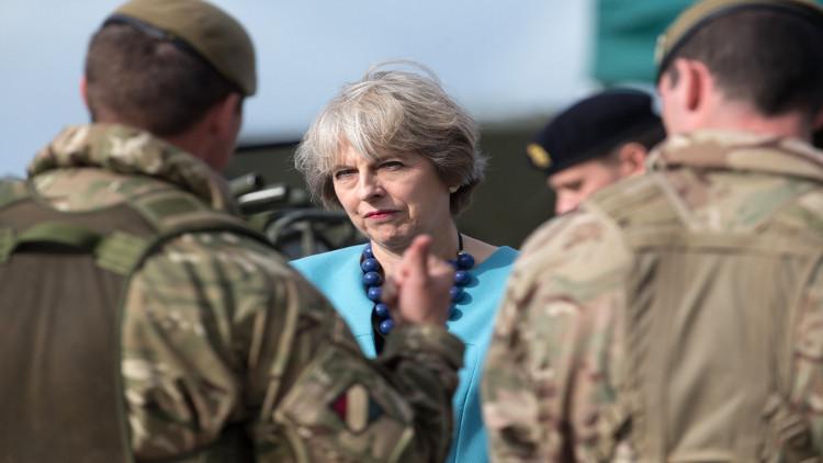 عسكريون بريطانيون يحذرون ماي من أزمة تهدد أمن الجيش