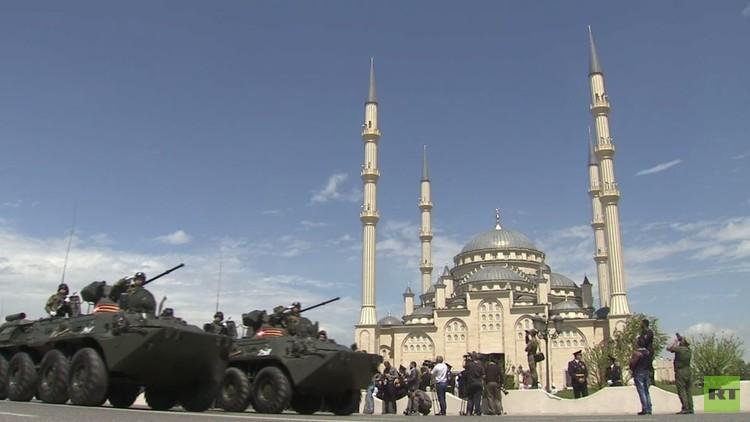 العرض العسكري في غروزني بمناسبة عيد النصر