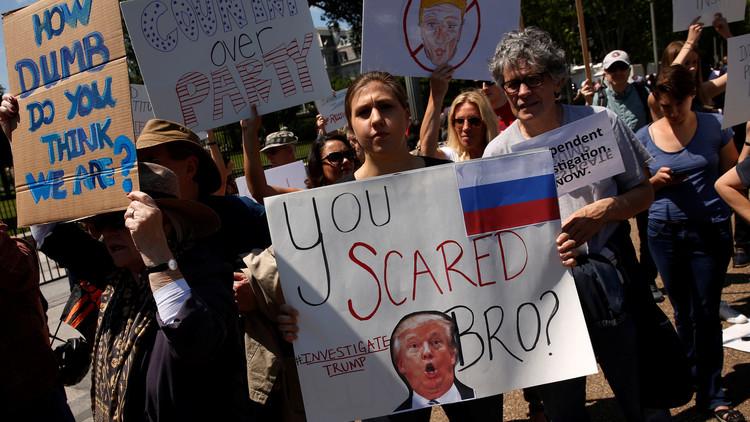 العدل الأمريكية تتهم مدير الـFBI بتجاوز صلاحياته واحتجاجات أمام البيت الأبيض على إقالته