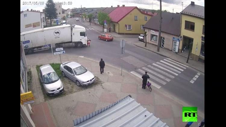 عجوز تنجو من الموت بعدما صدمتها شاحنة  (فيديو)
