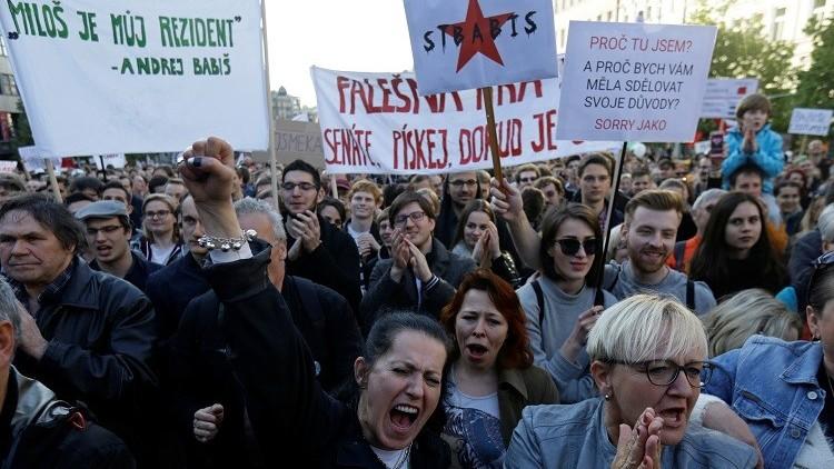 عشرات الآلاف يتظاهرون ضد رئيس جمهورية التشيك ووزير ماليته