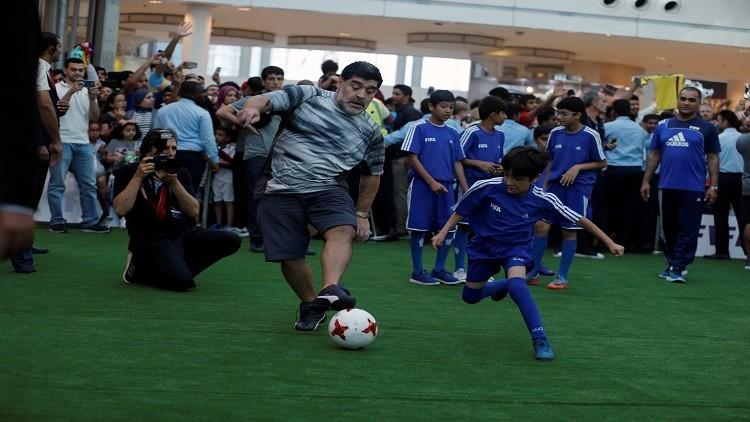 بالفيديو.. طفل يسقط مارادونا في البحرين