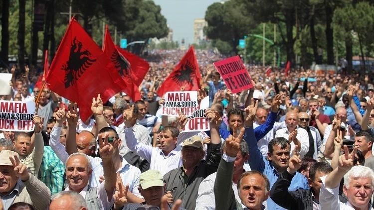 تظاهر عشرات الآلاف ضد الحكومة في ألبانيا