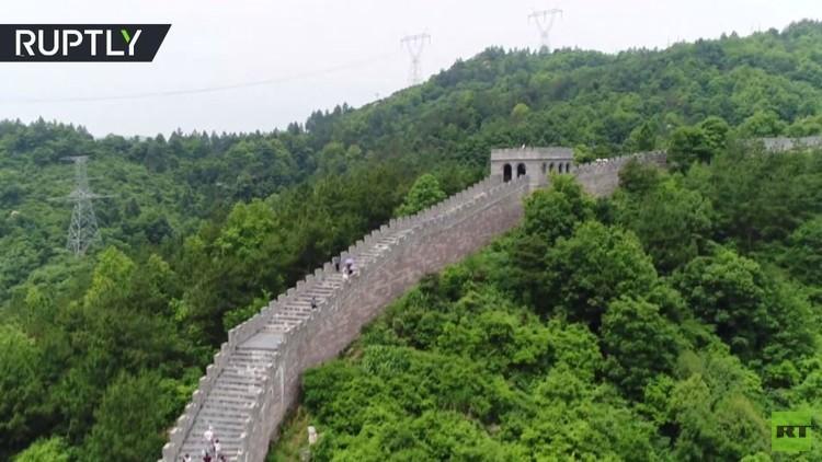 نسخة عن سور الصين العظيم تجذب السياح