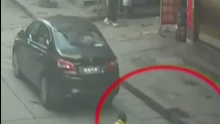 العناية الإلاهية تنقذ طفلة مرت من فوقها سيارة!