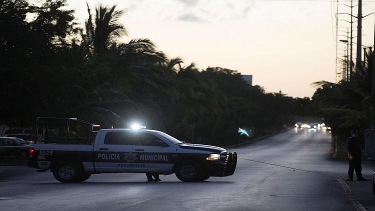 مسلحون يسلبون رجال الشرطة نقودهم وهواتفهم في المكسيك