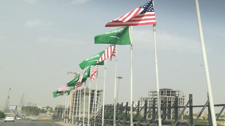ما سر سهولة رفرفة العلم السعودي مقارنة بالأمريكي في شوارع الرياض؟