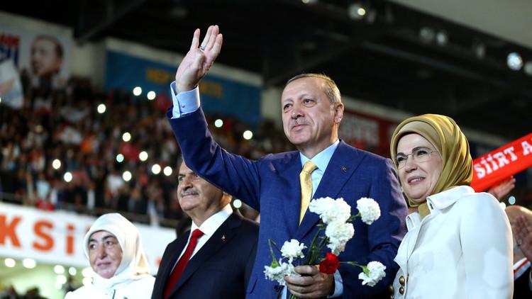الرئيس التركي رجب طيب أردوغان بعد انتخابه رئيسا لحزب العدالة والتنمية الحاكم، ورئيس الوزراء بن علي يلدريم مع زوجتيهما