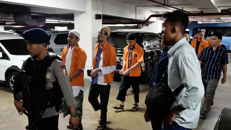 مئات الإندونيسيين يدخلون ملاعب