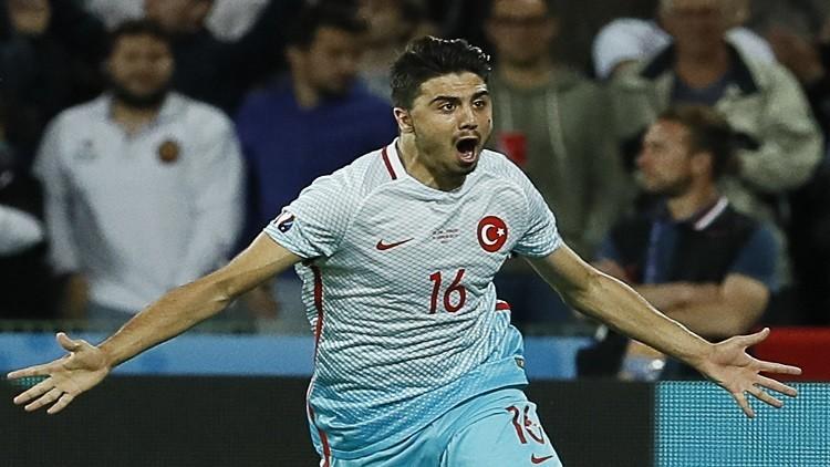لاعب المنتخب التركي متورط بتهريب سيارة فاخرة