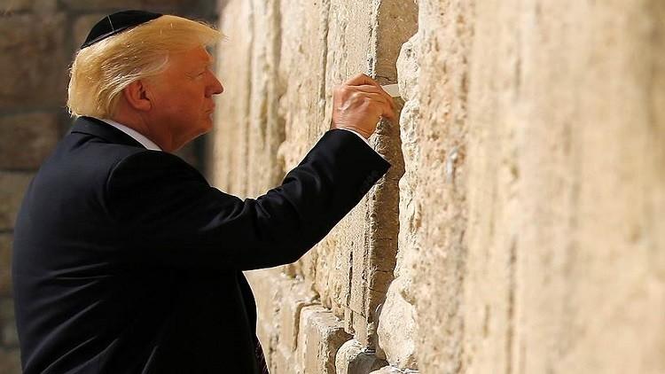 دونالد ترامب يتشبث بحائط المبكى